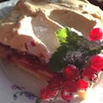 Пирожное с красной смородиной