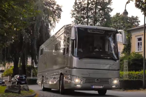 Дом на колесах с гаражом на базе Volvo продают за 100 миллионов рублей