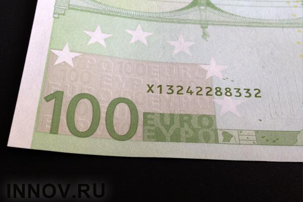 Официальный курс евро снизился на2,5 рубля