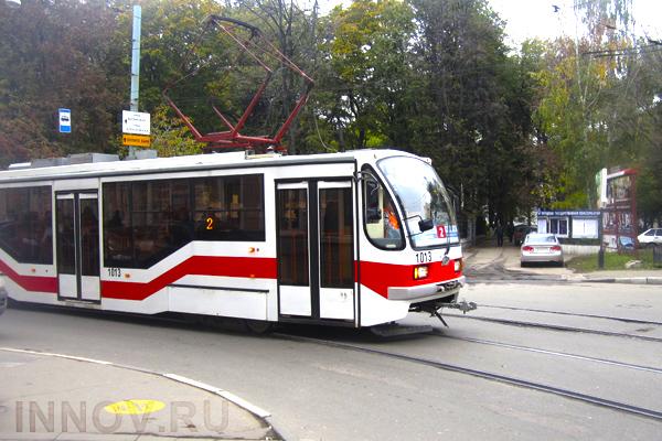 ВПетербурге трамвай спассажирами вылетел напроезжую часть, утратив колесные пары